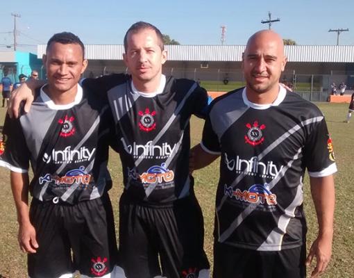 Melão, ao lado de seus companheiros de equipe, feliz por jogar no XV de Novembro