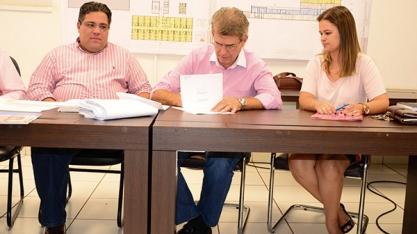 BOA NOTÍCIA - Prefeito Zezinho Gimenez assina contrato de elaboração do projeto executivo para construção do novo prédio da Santa Casa