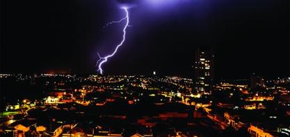 Fotógrafo registra sequência de raios antes de chuva