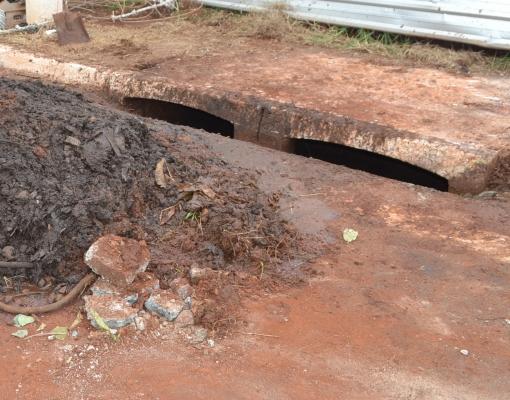 Nem sempre são restos de matéria orgânica que obstruem os bueiros. Geralmente, a equipe do SAEMAS encontra outros de tipos de resíduos sólidos obstruindo a rede coletora de águas pluviais. FOTO: Arquivo SAEMAS