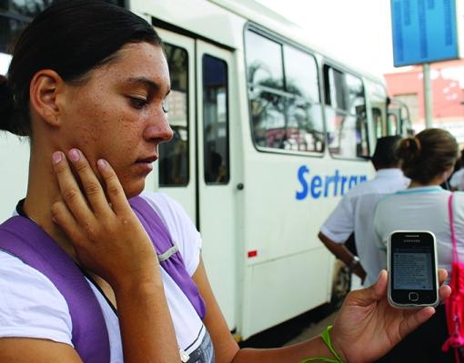 """Alexandra Parão, 21, que atua em serviços gerais e precisa pegar ônibus em Cruz das Posses de segunda a sexta para trabalhar, reclama da superlotação e está """"de olho em movimentos de protestos nas redes sociais"""". CREDITO: LENA AGUILAR"""