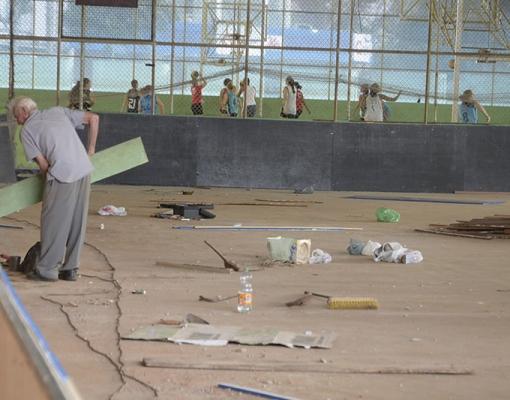 Benfeitorias que estão sendo executadas no Patinódromo também contemplam a quadra de hóquei