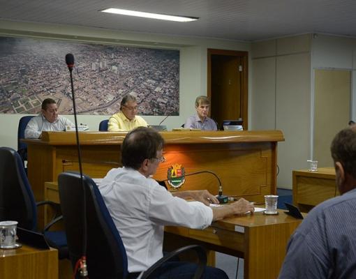 Na presença de membros do Legislativo, o prefeito Zezinho Gimenez apresenta o balanço das receitas e despesas do município, no 2º quadrimestre de 2015