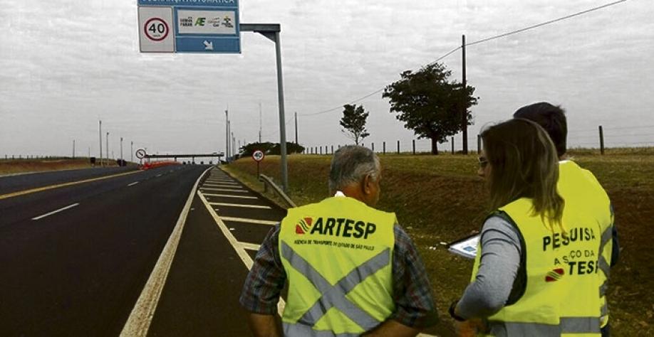 Agentes durante fiscalização da Rodovia Carlos Tonani em Sertãozinho