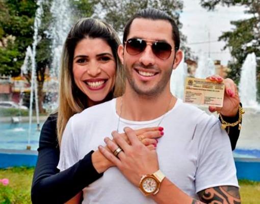 Na Praça 21 de Abril, a sertanezina Cláudia abraça o namorado Danilo Mederos e mostra a CIE