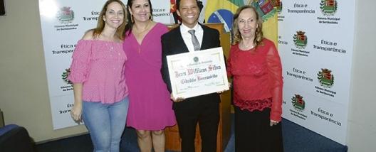 O PEQUENO GIGANTE - Vereadora Neli Tonielo entrega Título de Cidadão Benemérito para o cantor Jean Willian