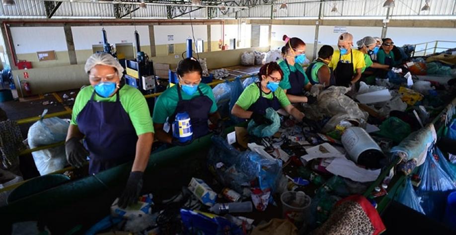Cooperados da CORSERTA trabalham na separação dos recicláveis, na Central de Triagem de Resíduos Reciclados e Ecoponto de Sertãozinho