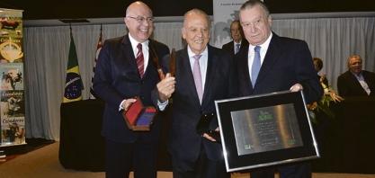 DESTAQUE - Arnaldo Jardim recebe prêmio de Personalidade do Ano da ABC