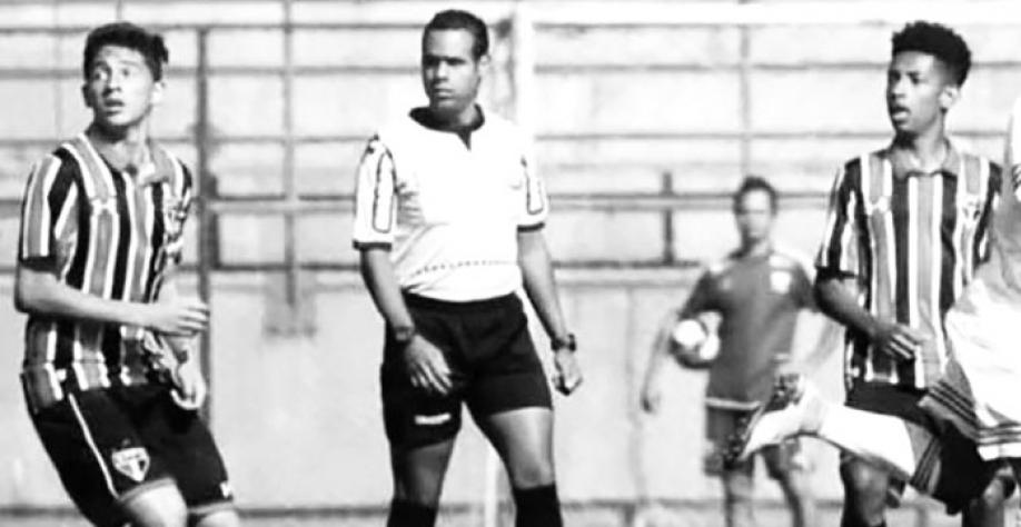 O árbitro Juninho arbitrando uma das partidas pelo Campeonato Paulista