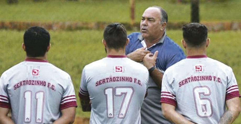 Técnico Ruy Scarpino conversa com atletas antes do amistoso de ontem. sexta-feira, 5, contra Olímpia