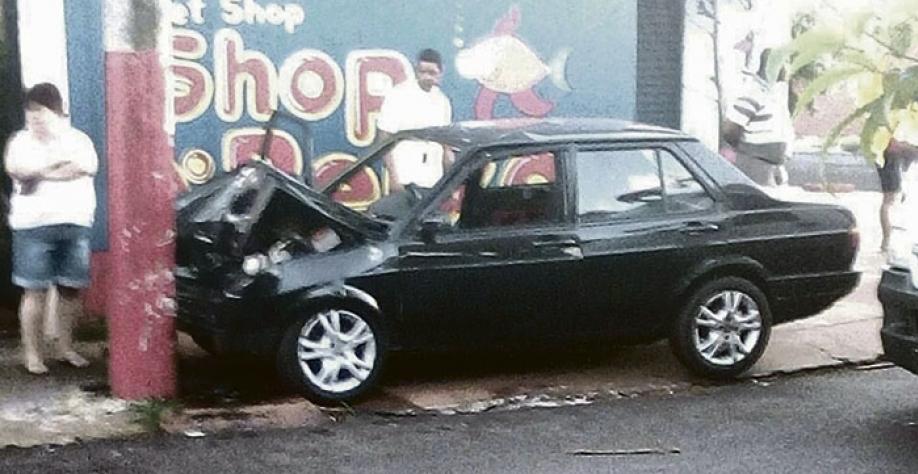 Em ambos os casos, motoristas perderam controle de veículos e bateram contra poste