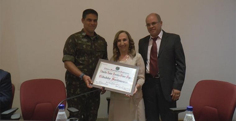 Vereadora Neli Tonielo, entrega título de cidadão sertanezeino ao Coronel Eduardo Migon