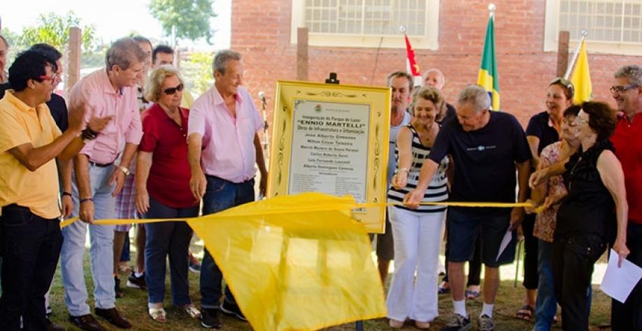 """Autoridades e familiares do homenageado descerram a placa inaugural do Parque de Lazer """"Ennio Martelli"""", na Cohab 7"""