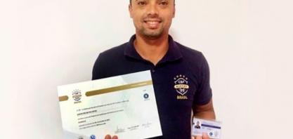 Lucas recebe diploma para atuar como treinador em categorias de base