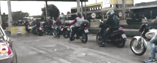 PEDÁGIO - Protestos e 'buzinaço' no primeiro dia de cobrança para motos