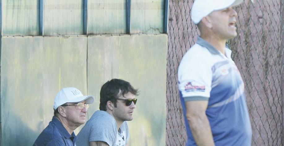 Do lado do presidente Toninho Savegnago, Tcharles Bighetti assiste ao treino do Touro no Fredericão
