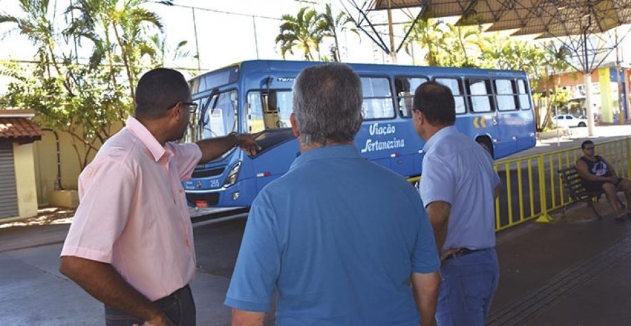 O secretário de Segurança Pública e Trânsito, João Batista de Camargo Júnior, em uma das inúmeras reuniões com a empresa vencedora da licitação, para afinar os detalhes que envolvem as mudanças no transporte público de Sertãozinho e Cruz das Posses