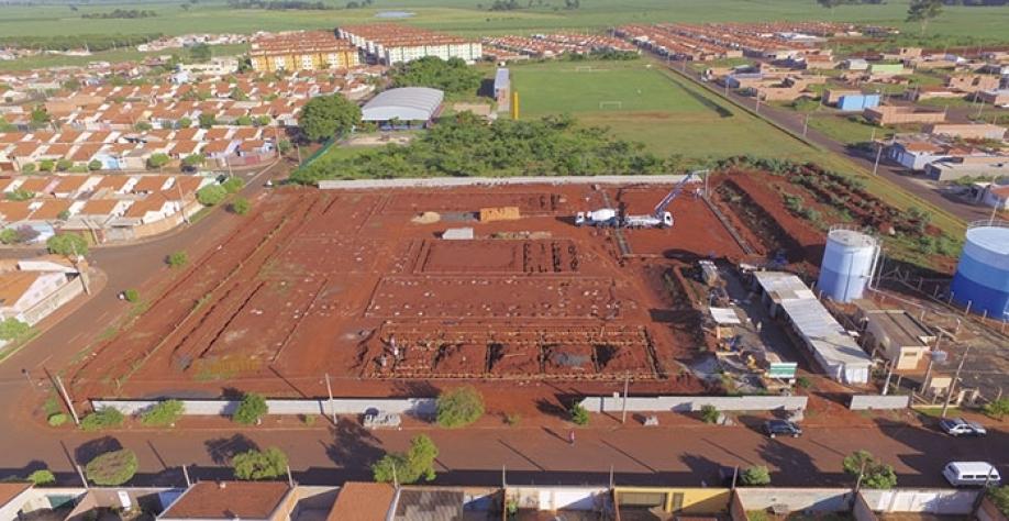 Vista aérea das obras de construção de nova escola no bairro José Garcia da Costa
