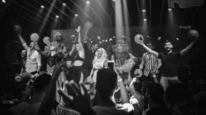 Performances, cenografia lúdica e repertório pop seduzem público do CHÁ DA ALICE