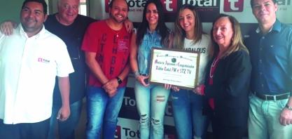 TOTAL FM E STZ TV - Vereadora Neli, entrega moção na Rádio Total FM