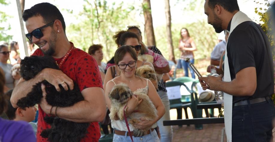 Bênção dos Animais reúne centenas de pessoas e seus pets, no Parque do Cristo
