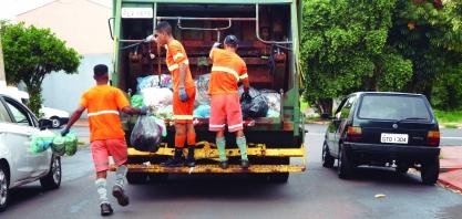 Lixo com material cortante causa acidentes