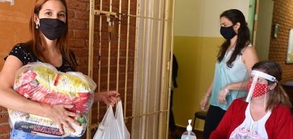 Secretaria de Educação inicia entrega de kits alimentícios para alunos da rede municipal