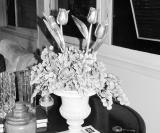 Vaso de mármore carrara com flores de madeira dourada