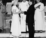 Os noivos sendo abençoados por Deus e pelo Padre Nasser Kehdy Neto