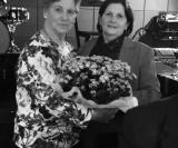 Companheira Conceição Cunha que terminou seu terceiro mandato como Presidente recebe flores pelas mãos da Companheira Vera Moreno Biagi