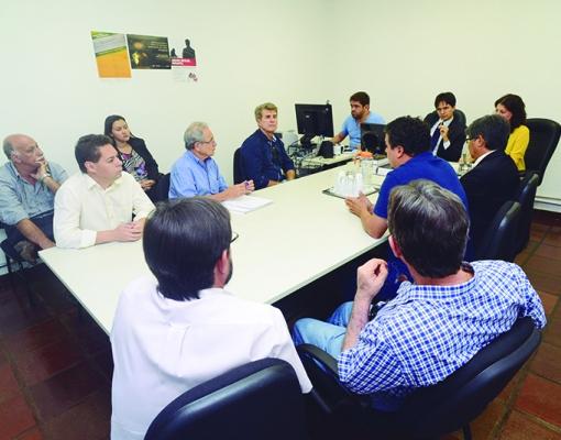 O prefeito Zezinho Gimenez; o vereador Nilton César Teixeira; o secretário de Indústria e Comércio, Carlos Roberto Liboni, e outras lideranças do Movimento pela Retomada do Setor Sucroenergético participam de reunião na Procuradoria Regional do Trabalho.