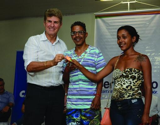 O prefeito Zezinho Gimenez entrega a chave do apartamento do casal Débora e Rodrigo Pereira dos Santos que, durante a cerimônia, representou as outras 239 famílias. Foto: Adilson Lopez