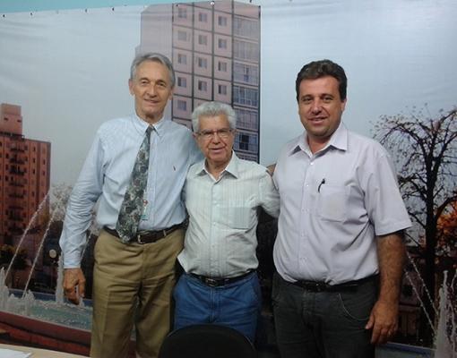 O provedor da Santa Casa de Sertãozinho, Dr. Carlos Alberto Mazer; o vice-provedor José Carlos Simões; o apresentador Fernando Laurenti