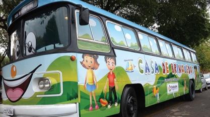 """DIVERSÃO - Projeto """"Casa de Brinquedos"""" retoma visitas às escolas municipais"""