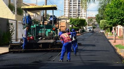 Serviços de recapeamento asfáltico continuam em ruas e avenidas do município
