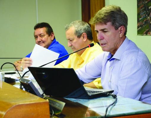 O prefeito Zezinho Gimenez durante Audiência Pública de Prestação de Contas, que apresentou o balanço das contas do município no ano de 2014. FOTO: ADILSON LOPEZ