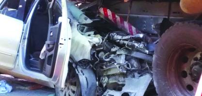 Acidente entre carro e caminhão deixa vendedor ferido