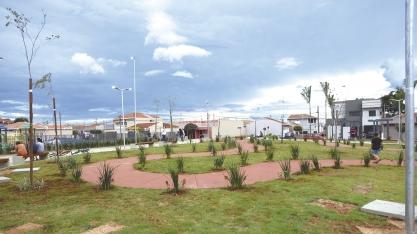 Administração Municipal entrega nova praça no Jardim Grande Aliança