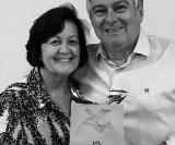 Companheira Diretora Social Janete H. Bastos entrega ao Companheiro e esposo Juarez Bastos uma lembrança pelo dia dos Pais