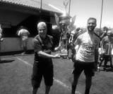 Igor, da equipe Borussia Dortmund, recebe o troféu de campeão