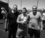 Ilson da Liga e Guilherme entregam o troféu de goleiro menos vazado ao atleta Zé Luis