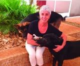 Apaixonada por cachorros, Piti Miemberg tem sete cães: pastor alemão e uma vira-lata que, segundo ela, é a mais esperta