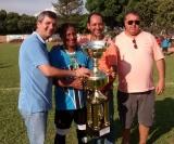 O craque Helinho capitão do Grêmio recebe o troféu de vice campeão
