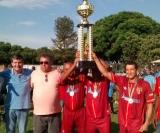 Momento em que os jogadores do São Paulinho recebem o troféu de campeão