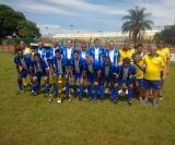 A equipe do Samambaia ficou com o vice campeonato  Foto 3: O capitão Joel Jonja (Popular) recebe o troféu de campeão
