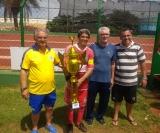 O capitão Joel Jonja (Popular) recebe o troféu de campeão