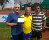 Valdir Zamoner recebe o cartão de prata em sua homenagem