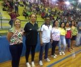 O craque Helinho ao lado das mulheres homenageadas no torneio