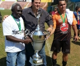 Capitão do C.A. Sertanezino recebe o troféu de vice campeão