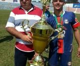 Chininha (1º de Maio) recebe o troféu de campeão das mãos de Vilmar
